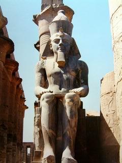 Ramses II statua, faraone seduto